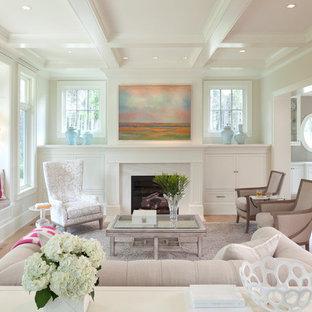 Foto de salón para visitas cerrado, tradicional, de tamaño medio, sin televisor, con paredes beige, suelo de madera clara, chimenea tradicional y marco de chimenea de piedra