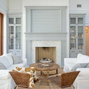 Inspiration för lantliga allrum med öppen planlösning, med ett finrum, vita väggar, ljust trägolv, en standard öppen spis och en spiselkrans i trä
