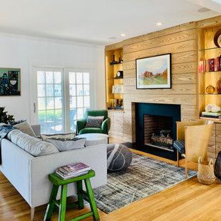 プロビデンスのコンテンポラリースタイルのおしゃれなLDK (白い壁、無垢フローリング、標準型暖炉、茶色い床、板張り壁) の写真