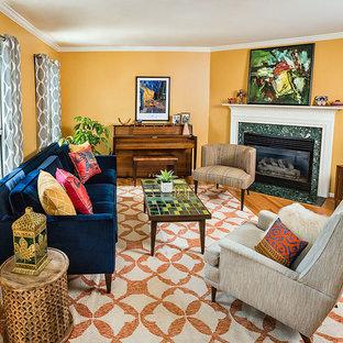Свежая идея для дизайна: маленькая изолированная гостиная комната в стиле модернизм с желтыми стенами, светлым паркетным полом, стандартным камином, фасадом камина из камня и отдельно стоящим ТВ - отличное фото интерьера