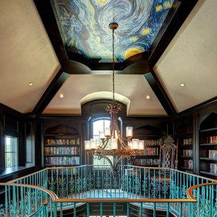 Immagine di un ampio soggiorno tradizionale stile loft con libreria, pareti marroni, parquet scuro, nessun camino e nessuna TV