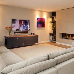 Diseño de salón con rincón musical abierto, contemporáneo, grande, con chimenea lineal, marco de chimenea de yeso y televisor colgado en la pared