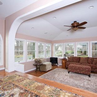 Großes, Repräsentatives, Offenes Klassisches Wohnzimmer ohne Kamin mit rosa Wandfarbe und braunem Holzboden in New York
