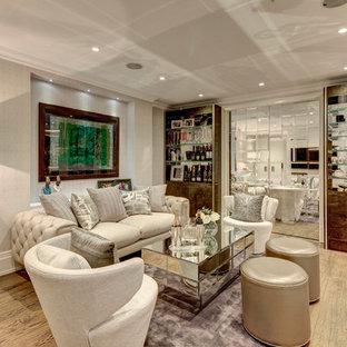 Imagen de salón para visitas cerrado, de estilo zen, grande, con paredes beige y suelo de madera en tonos medios