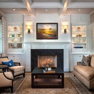 Repräsentatives Klassisches Wohnzimmer mit weißer Wandfarbe, braunem Holzboden und Kamin in Orange County