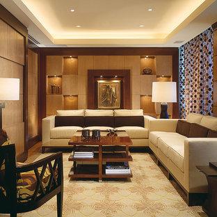 Foto de salón para visitas cerrado, asiático, grande, sin chimenea, con paredes beige, suelo de madera clara y televisor retractable