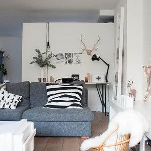 На фото: гостиные комнаты в стиле фьюжн с белыми стенами и отдельно стоящим ТВ