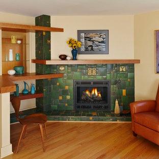 Idee per un soggiorno american style con camino ad angolo, cornice del camino piastrellata e pareti gialle