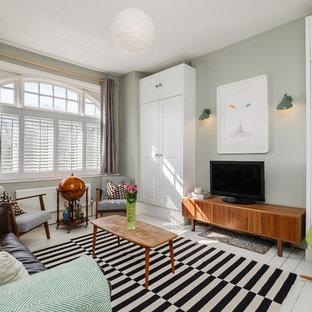 Ejemplo de salón clásico renovado con paredes grises, suelo de madera pintada y televisor independiente