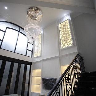 他の地域の中サイズのトロピカルスタイルのおしゃれなリビングロフト (ミュージックルーム、白い壁、セラミックタイルの床、壁掛け型テレビ、黄色い床) の写真