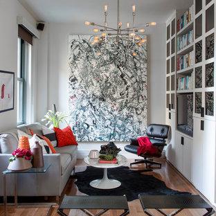 Foto de salón actual, pequeño, con paredes grises, suelo de madera en tonos medios, pared multimedia y suelo marrón