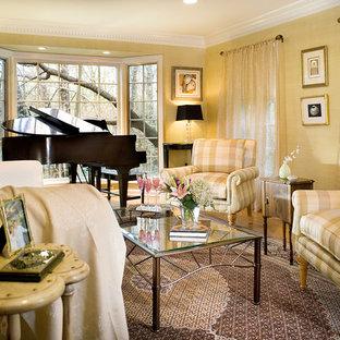 Foto di un soggiorno design con sala della musica e pareti gialle
