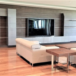 巨大なモダンスタイルのおしゃれなLDK (フォーマル、白い壁、無垢フローリング、黄色い床、据え置き型テレビ) の写真