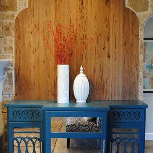オースティンの広いエクレクティックスタイルのおしゃれなLDK (グレーの壁、クッションフロア、標準型暖炉、漆喰の暖炉まわり、壁掛け型テレビ) の写真