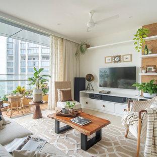 Foto di un soggiorno tropicale con pareti bianche, TV a parete e pavimento beige