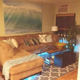 ニューアークの中サイズのビーチスタイルのおしゃれなLDK (フォーマル、緑の壁、淡色無垢フローリング、暖炉なし、据え置き型テレビ) の写真