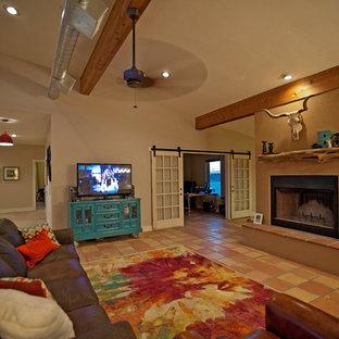 Inspiration pour un salon sud-ouest américain de taille moyenne et ouvert avec un mur beige, un sol en carreau de terre cuite, une cheminée standard et un téléviseur indépendant.
