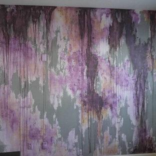 Foto di un ampio soggiorno minimalista aperto con sala della musica, pareti multicolore e pavimento in cemento