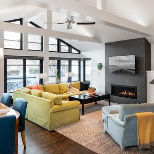 シカゴの大きいコンテンポラリースタイルのおしゃれなLDK (白い壁、濃色無垢フローリング、横長型暖炉、タイルの暖炉まわり、壁掛け型テレビ、茶色い床) の写真