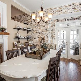 Diseño de salón campestre, grande, con paredes marrones, suelo de madera oscura, chimenea tradicional, marco de chimenea de madera y suelo marrón