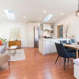 Idee per un piccolo soggiorno american style aperto con pavimento in legno massello medio, nessun camino e pareti bianche
