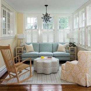 Foto di un piccolo soggiorno tradizionale aperto con pavimento in legno massello medio, pavimento marrone e pareti gialle