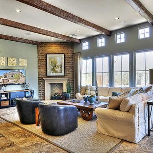 フェニックスの広いトラディショナルスタイルのおしゃれなLDK (青い壁、トラバーチンの床、コーナー設置型暖炉、壁掛け型テレビ) の写真