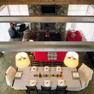Foto di un soggiorno stile americano di medie dimensioni e aperto con sala formale, pareti bianche, pavimento in cemento, camino lineare Ribbon, cornice del camino in pietra, TV a parete e pavimento grigio