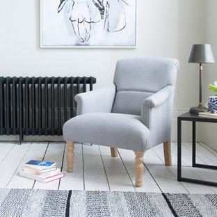 Immagine di un soggiorno country di medie dimensioni e chiuso con sala formale, pareti bianche e pavimento in legno verniciato