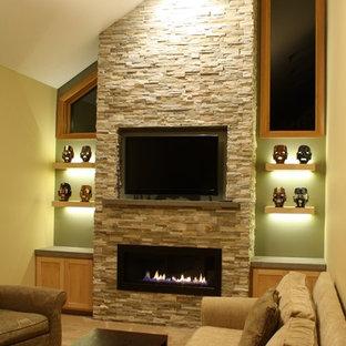 ミネアポリスの中サイズのトランジショナルスタイルのおしゃれな独立型リビング (ベージュの壁、カーペット敷き、横長型暖炉、石材の暖炉まわり、埋込式メディアウォール) の写真