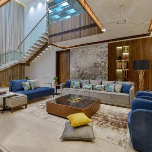 Diseño de salón abierto y madera, actual, extra grande, madera, con paredes blancas, suelo marrón y madera