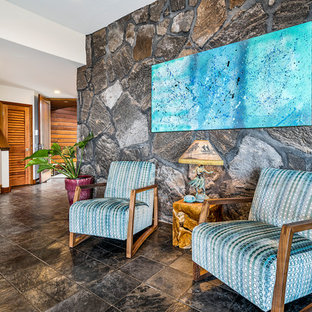 Idee per un grande soggiorno tropicale aperto con pareti bianche, pavimento in ardesia, TV a parete e pavimento nero