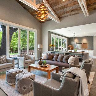Ispirazione per un soggiorno country di medie dimensioni e aperto con pareti grigie e pavimento in legno massello medio