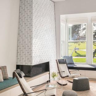 サンフランシスコの大きいコンテンポラリースタイルのおしゃれなLDK (白い壁、淡色無垢フローリング、コーナー設置型暖炉、タイルの暖炉まわり) の写真