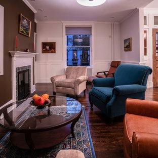 Esempio di un soggiorno chic di medie dimensioni e chiuso con pareti bianche, parquet scuro, camino classico, cornice del camino in mattoni, TV nascosta e pavimento marrone