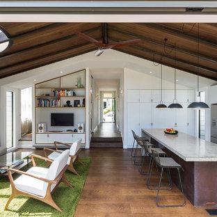Geräumiges, Offenes Modernes Wohnzimmer mit weißer Wandfarbe in Auckland