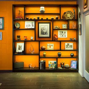 アルバカーキの中サイズのサンタフェスタイルのおしゃれなLDK (オレンジの壁、磁器タイルの床、暖炉なし、テレビなし) の写真