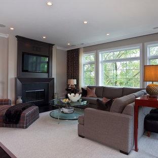 Inspiration för ett vintage vardagsrum, med beige väggar och en väggmonterad TV
