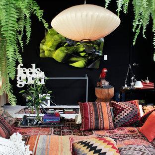 メキシコシティのトロピカルスタイルのおしゃれなリビングロフト (ミュージックルーム、黒い壁、カーペット敷き、テレビなし) の写真