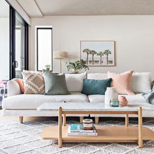 Modelo de salón abierto, escandinavo, pequeño, con paredes blancas, suelo de madera clara y suelo beige