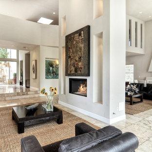 Idee per un grande soggiorno moderno chiuso con sala formale, pareti bianche, pavimento in travertino, camino bifacciale, nessuna TV, cornice del camino in intonaco e pavimento grigio