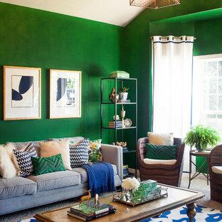 Modelo de salón cerrado, bohemio, pequeño, con paredes verdes, moqueta y pared multimedia
