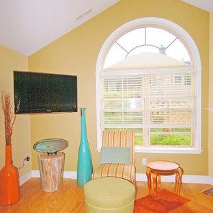 他の地域の中サイズのサンタフェスタイルのおしゃれなLDK (ベージュの壁、濃色無垢フローリング、壁掛け型テレビ、茶色い床) の写真