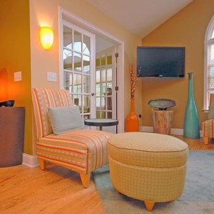 他の地域の中くらいのサンタフェスタイルのおしゃれなLDK (ベージュの壁、濃色無垢フローリング、壁掛け型テレビ、茶色い床) の写真