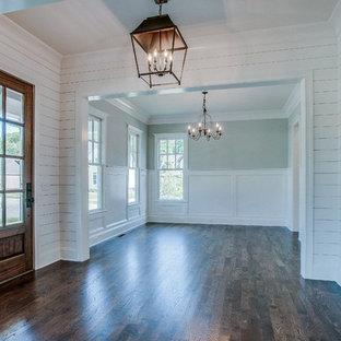 Immagine di un soggiorno chic di medie dimensioni con sala formale, pareti verdi, parquet scuro e nessun camino