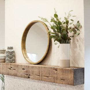 Ejemplo de salón para visitas abierto, campestre, grande, con paredes blancas, suelo de madera clara, chimenea tradicional, marco de chimenea de baldosas y/o azulejos y suelo beige