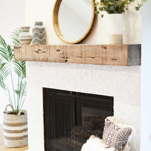 Idéer för ett stort lantligt allrum med öppen planlösning, med vita väggar, ljust trägolv, en standard öppen spis, ett finrum, en spiselkrans i trä och beiget golv