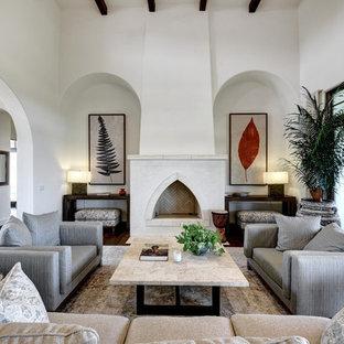 Diseño de salón para visitas mediterráneo, sin televisor, con paredes blancas y chimenea tradicional