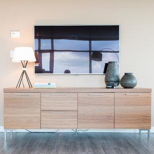Modelo de salón abierto, actual, pequeño, con parades naranjas, suelo de madera oscura y televisor colgado en la pared
