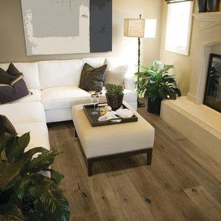 Modern inredning av ett mellanstort separat vardagsrum, med beige väggar, mellanmörkt trägolv, en standard öppen spis och en spiselkrans i trä